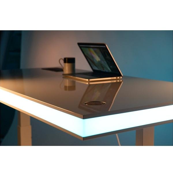 Der Schreibtisch mit LED Licht in effektvollem Blau und Türkis